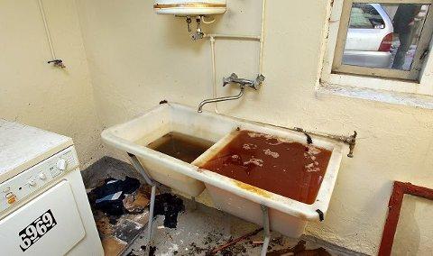 En kum full av urin i vaskekjelleren vitnet om uverdige boforhold i Fjordveien 13 i Moss.