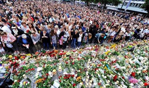 Etter fakkeltoget i Drammen mandag 25. juli ble hele Torgscenen fylt til randen med roser.