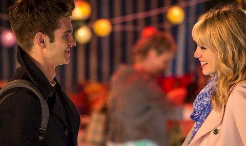 KAMPEN FOR KJÆRLIGHETEN: Peter Parker vil egentlig ikke være sammen med Gwen Stacy. Han er redd for å påføre henne smerte. Men de to elsker hverandre, og hun elsker både sivilisten og mannen i kostyme. Det betyr trøbbel – for han kan ikke leve uten henne. Derfor er det dramaelementer av klassisk merke i denne proppfulle actionfilmen.Foto: Filmweb.no
