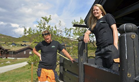På jobb: Stian Bjerkgård startet «Numedal skog og anlegg» for fire år siden, og er utdannet skogsarbeider. Nina Bjerkgård er barnevernspedagog, men har jobbet mye med administrasjon.