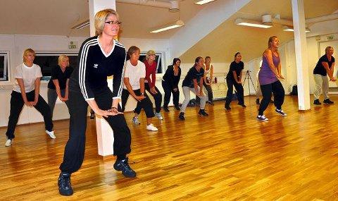I TAKT: Det tok ikke lang tid for Siw Huatorpet og resten av damene å bli samkjørte på rytmene og bevegelsene i dansen.foto: anders bronken