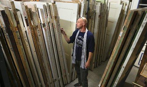– Gamle dører og vinduer kommer uten standardmål, så du må lete litt hvis du skal finne noe som passer, sier Sven Erik Løchen hos Gamle Trehus.