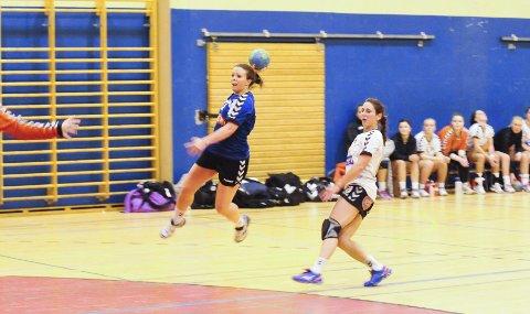 TOPPSCORER: Ramnes-spiller Desiree Olsen ble hjemmelagets toppscorer med sju mål mot Falk 2 i Ramneshallen søndag. Begge Foto: An-Magritt Larsen