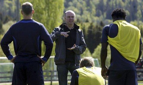 Stein Kvalheim fra Slemmestad skal fungere som motivator for spillere og trenere i SIF ut sesongen. Her predikerer han sitt budskap i forbindelse med gårsdagens trening på den flotte gressbanen i Sylling.