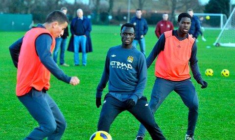 Omar Elabdellaoui (t.v.) slår kanskje følge med Mohammed Abu (midten) til Strømsgodset. Her er begge på trening med Manchester City.