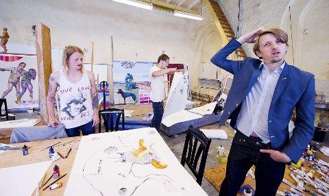 Dressmann: – Det ryker noen dresser, sier kunstneren Sverre Bjertnes – han foretrekker å jobbe frem kunsten i dress.  Martin Schreiner (til venstre) og Niklas Mintorovitch er med å skape fabeldyrene som skal stilles ut i Stenersen-museet.  Bak: Malerier til utsmykning i NSBs nye hovedkontor i Oslo. ALLE FOTO: JOHNNY LEO JOHANSEN