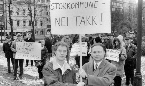 Sterk motstand: Marvin Karlsen (t.v.) fra Nei til Storkommune og Frps Øystein Hedstrøm sto i spissen for demonstrasjonen mot storkommunen utenfor Stortinget i 1992. Stortingsflertallet stemte for sammenslåing.                                                                                              arkivfoto:FB