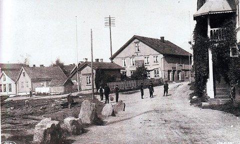 Storgaten med stranda til venstre. Vi ser stranda er sperret av med store steiner. Bildet er i fra rundt 1915.