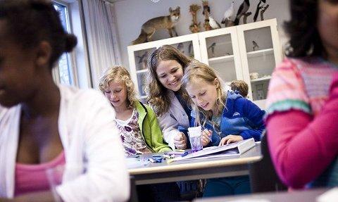 Iris Anine Maria Dirven (10 og Viktoria Susanne Høgberg (9) vil forske mer. Her får de hjelp av Mona Granerud (21).