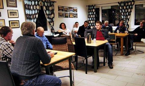 Det var kun 11 Rapid-medlemmer som møtte opp på klubbens ekstraordinære årsmøte i går, hvor klubben med ti mot en stemmer vedtok at klubben nå slås sammen med Athene Moss og blir Rapid/Athene.