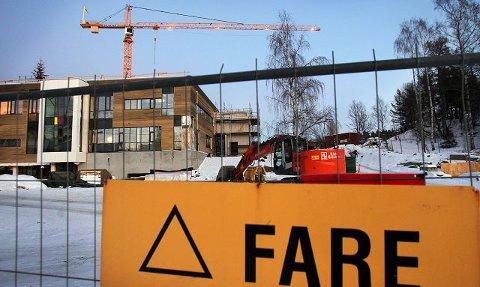 Høyre og Venstre vil ikke åpne Nøkkeland skole før høyspentledningen forbi skolen er gravd ned, slik bystyret tidligere har vedtatt. Men saken kommer opp på nytt i teknisk utvalg den 23. mars.