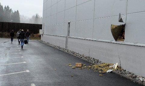 Innbruddet på Telefast i Sandefjord skjedde i 22-tiden torsdag. Først klokka 09.55 kom kriminalteknikerne fra Horten til åstedet. Foto: Anders Mehlum Hasle