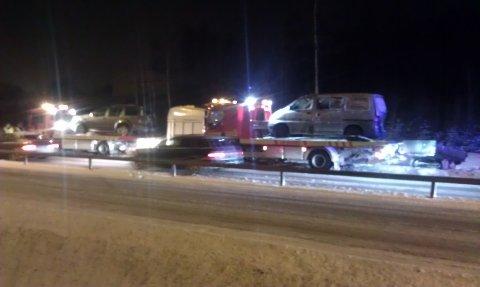 To av bilene som var innblandet i en kjedekollisjon på E6 lørdag ettermiddag.