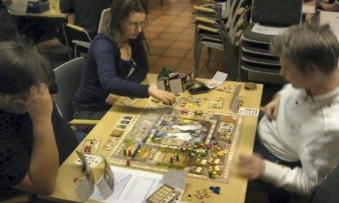 Bildet viser tre av deltakerne under Midwinter-arrangementet i fjor. Denne helgen arrangeres Midwinter 6 på Gamle Slaktehuset.
