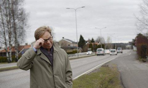 Skal en veiløsning med parallell kanalbru fungere, kreves det store inngrep, blant annet her på Nøtterøyveien. – Dessuten må gjennomgangstrafikken på Teie torv løses på en annen måte enn ved tunnel under Teieskogen, sier Nøtterøy-ordfører Roar Jonstang.