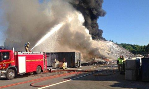 LANGVARIG: Brannvesenet brukte 36 timer på å slukke haugen på 1.100 tonn plast i Re. (Foto: Vestfold Interkommunale Brannvesen)