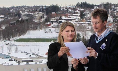 Ordfører Lene Conradi (H) og daglig leder i Asker Skiklubb, Svein Grenerud, skrev i dag under intensjonsavtalen for Føykaområdet.