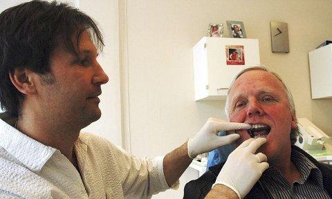 Torfinn Kotte fikk tilpasset snorkeskinne hos tannlege Claus Gamborg Nielsen ved Tannlegesenteret Hvite Smil for ett år siden. Færre pustestopp og mindre snorking gjør at både Kotte og kona nå sover bedre om natta. Foto: Silje S. Skiphamn
