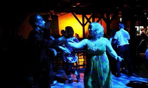 salsafest: Kveldens første dansere under Union Scenes salsafest i går kveld. Foran: Lene Nilsen og Svein Sætersdal. FOTO: TORE SANDBERG