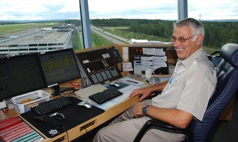 Fra sin plass i kontrolltårnet på Rygge har Bjørn Vollebekk (66) en fantastisk utsikt. Dette har vært arbeidsplassen hans i fire og et halvt tiår.
