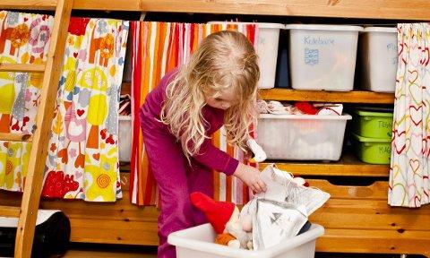 På kassene under senga står det hvilke ting som hører hjemme der, slik som småbamser.