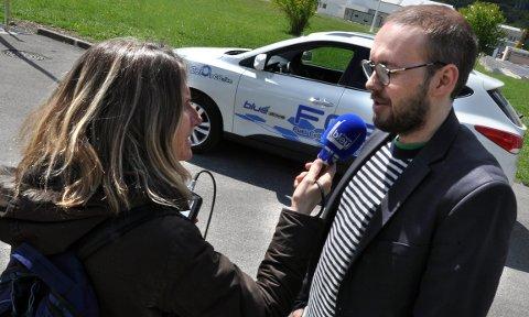 Zeros Eivind Steen intervjues av fransk radio i Grenoble.