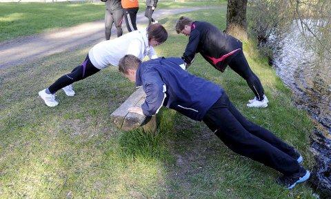 10 repetisjoner x 30. Kombiner gjerne med andre øvelser. Stå på føtter og hender med strak kropp. Ha mer en skulderbreddes avstand mellom hendene. Senk kroppen ned mot bakken og press tilbake, uten å knekke i hoften.