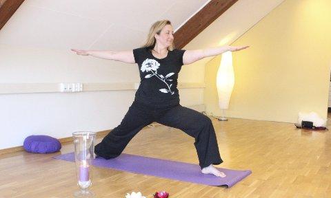 Meditasjon: Yoga er mediterende, forteller Liv Eva Bates. Hennes studio åpner i Vålerveien 49 i Moss. Foto: Christina Andersen