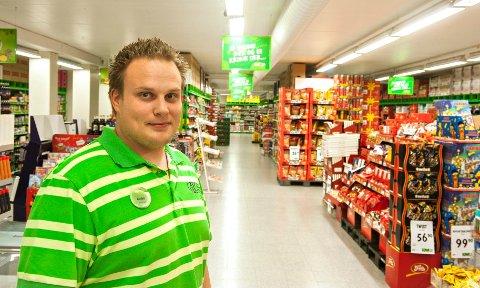 Butikksjef ved Kiwi Haspa, André Haakestad, blir grønn julenisse i morgen.