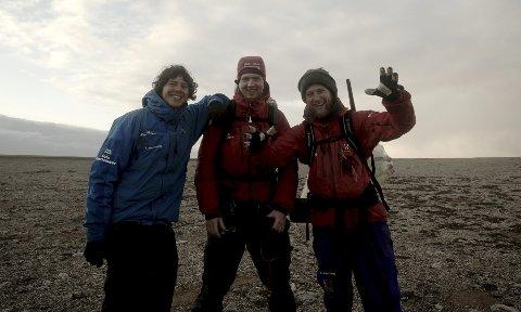 Brødrene Wegge blir de første som surfer ved Bjørnøya i en lekende film.