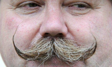 BART ELLER IKKE BART: Det er spørsmålet i november. Her prakteksemplaret til Mark East (53) fra Reading i England, under bartekonkurransen «British Beard and Moustache Championships» som ble arrangert i Bath tidligere i år. FOTO: Alastair Johnstone