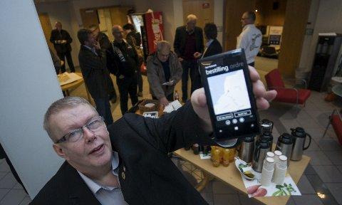 FRAMTIDEN: IT-sjef Jostein Bjøntegård gir en sniktitt på den nye appen til Taxi Hedmark, som er på vei. Foto: Jo E. Brenden