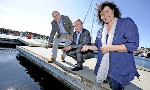Stemmefisket i gangFra venstre Ottar Johansen (H), Eivind Norman Borge (Frp) og Anne May Sandvik Olsen (Ap) har alle ambisjoner om å bli ordfører på Hvaler. Her prøver de seg på Skjærhalden, men nå er også det virkelige stemmefisket i gang.  Foto: Geir A. Carlsson