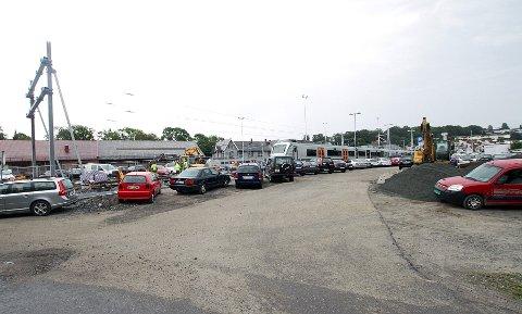 Fordi Jernbaneverket trenger mer plass til hensetting av tog, blir det færre p-plasser her ved parkeringsplassen ved Fergekroa vest for stasjonen.