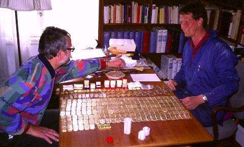 Antikvitetshandler Åsmund Svendsen (t.v.) og advokat Carl August Heilmann fant 21 kilo gullbarrer, flere minnemynter i gull og 150 diamanter.