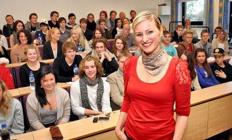 Inga Marte Thorkildsen fikk opp temperaturen på Horten videregående skole da hun fredag snakket om sine kjernesaker og diskuterte SVs innvandringspolitikk.  FOTO: ELLEN JOHANNESSEN
