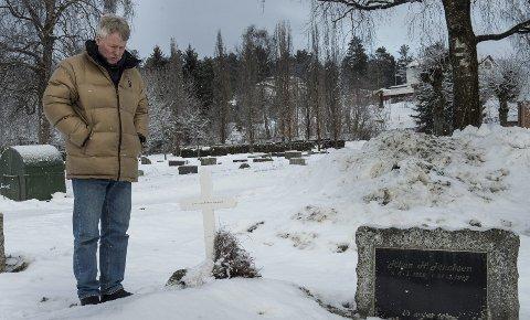 Hans Jørgen Jakobsen tror ikke folk flest er klar over at det går med flere titusener når noen skal begraves. Her er han ved graven til moren og faren på kirkegården til Skoger kirke.