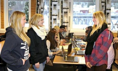 VIL FOREBYGGE: Fra venstre: Martine Svang Jakobsen, Astrid Isaksen Aaker og Agnete Bråtun skal ut til 8.-klassingene i Kongsberg i et prosjekt mot mobbing. Her i kantina med medelever på Kongsberg videregående skole. FOTO: CATO MARTINSEN