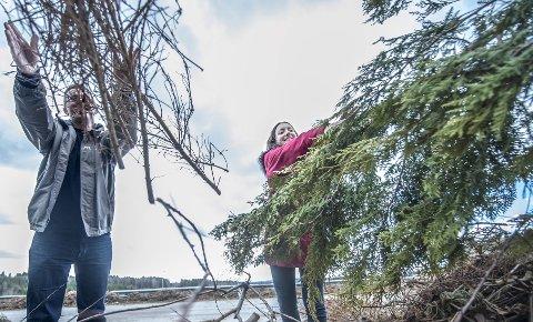 VEKK MED DET: Remi A. Sagli fra Follo Ren og Linn Marie Heimberg fra Ski kommune på Bølstad gjenvinningsstasjon i Ås. FOTO: CHRISTIAN CLAUSEN
