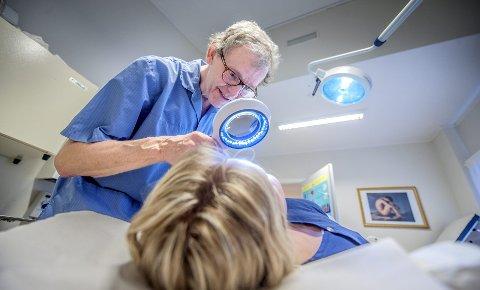 KREFT: – Av den vanligste formen for hudkreft finner vi et nytt tilfelle per dag. Føflekkreft finner vi en gang i måneden, sier hudlege Morten Nyrud. BEGGE FOTO: CHRISTIAN CLAUSEN