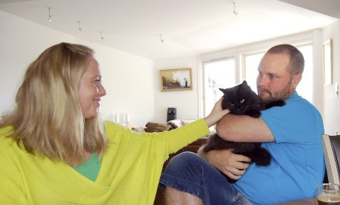 HJEMME IGJEN: Takket være chipmerkingen ble katten Whisky gjenforent med Ann-Kristin Solli og Kristofer Sargeant etter å ha vært på vidvanke i ett og et halvt år. FOTO: METTE KVITLE
