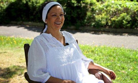 – Hver dag jeg går hjem smiler jeg for meg selv og har en god følelse. Det er virkelig givende å få hjelpe mennesker i en vanskelig situasjon, sier Synnøve Løken (54).
