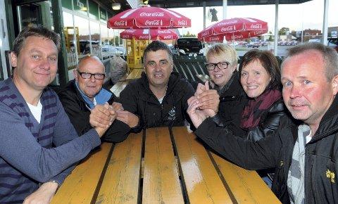TAKKER: Kent Ola Engelsrud, i midten, takker fra venstre Arild Haldammen, Knut Grønstad, Kristin Meiningen, Ragnhild Fjeldberg og Roger Bjørklund for jobben de gjorde.