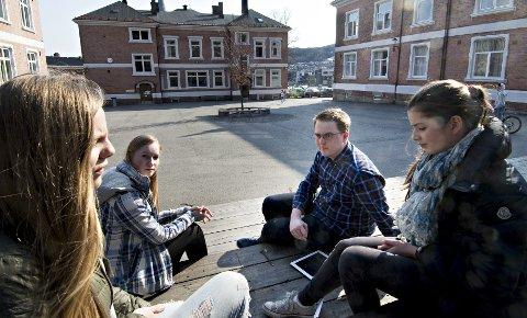 Magnus Weggesrud er lærerstudent og  politiker i Senterungdommen. Han vil ha bort karakterene i ungdomsskolen. Men 9.-klassingene Aurora Lund (f.v.), Julie Kristine Berg og Marie Dreyer Bakken vil beholde dagens karakterordning.
