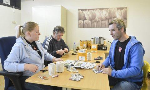 Laura Hiltunen og Ole Opsal er godt i gang med dagens produksjon. Til høyre gir Thomas MacKinnon, daglig leder i Frelsesarmeens Rusomsorg i Tønsberg, en hjelpende  hånd.