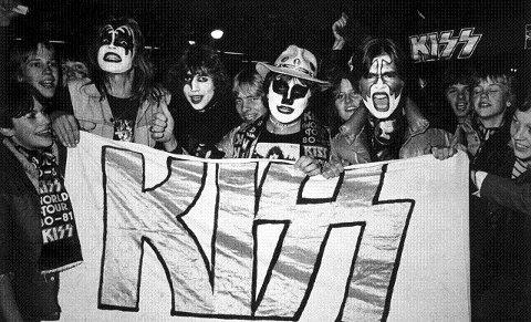 KISS! Denne ungdomsgjengen fra Tønsberg hadde gjort hjemmeleksene før Kiss-konserten i Drammen. Ukjent fotograf