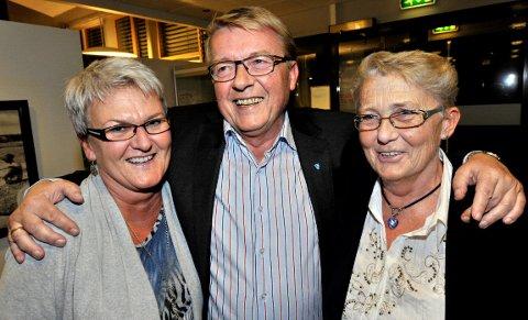 Hvaler-ordfører, Eivind Borge, blir gratulert av (fra venstre) Anne Lise Pettersen og Karin Jørgensen