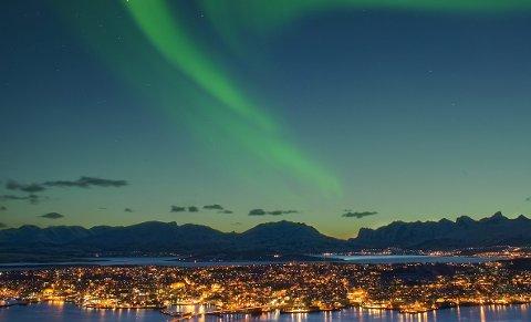Nordlyset kan være sterkt nok til å synes godt selv over Tromsøs bybelysning.