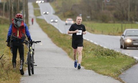 MOT MÅL: Stig Bjarte Syre på vei mot Kopervik langs Austre Karmøyveg. Det er enda noen kilometer igjen.