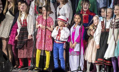 Fargekor: Et herlig kor på over 70 sangere sjarmerte publikum i Ås kulturhus.